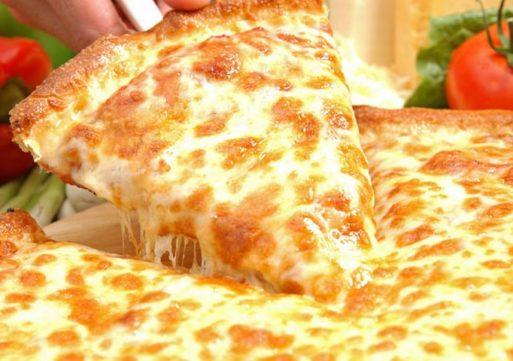 Pizzakoerier meegesleurd door auto