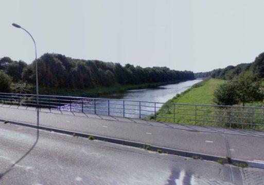 Jongens springen van brug in het water in Waalwijk